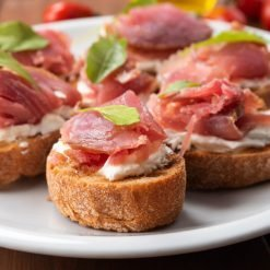 Mini crostini tomate jambon de Parme er mozzeralla by Pauline&Olivier